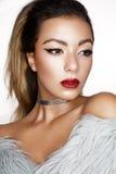 有创造性的构成、箭头和明亮的红色嘴唇的一个年轻亚裔女孩有闪闪发光的 与完善的皮肤的一个美好的模型在f 库存图片