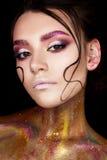 有创造性的构成和发光的眼眉的一个女孩 与头发子线的美好的模型在她的面孔和完善的皮肤的 秀丽  免版税库存图片
