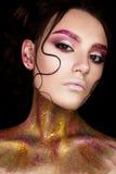 有创造性的构成和发光的眼眉的一个女孩 与头发子线的美好的模型在她的面孔和完善的皮肤的 秀丽  库存照片
