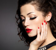 有创造性的构成的妇女使用假睫毛 免版税库存图片