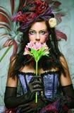 有创造性的构成的妇女在与花的玩偶样式 免版税库存图片