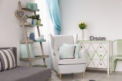 有创造性的架子、扶手椅子和沙发的室 免版税库存照片