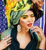 美国人���.��l_年轻俏丽的非裔美国人的妇女摆在时尚clothers的情感