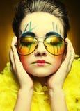 有创造性的脸的疯狂的女孩 免版税图库摄影