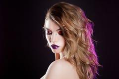 有创造性的年轻美丽的女孩组成 可爱的金发碧眼的女人,与长的头发的画象 库存图片