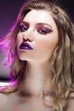 有创造性的年轻美丽的女孩组成 可爱的金发碧眼的女人,特写镜头 免版税库存照片