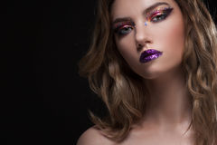 有创造性的年轻美丽的女孩组成 可爱的金发碧眼的女人,特写镜头 库存照片