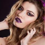 有创造性的年轻美丽的女孩组成 可爱的金发碧眼的女人,特写镜头 图库摄影