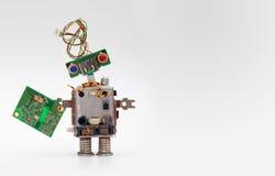 有刨花板的机器人 计算机零件戏弄机制,滑稽的头,电线发型,五颜六色的蓝色红色眼睛 免版税图库摄影