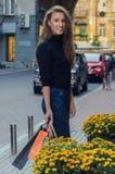 有别致的长的头发的美丽的苗条时髦的女人在黑色 免版税库存图片