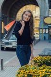 有别致的长的头发的美丽的苗条时髦的女人在黑色 免版税库存照片