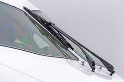 有刮水器的在挡风玻璃,水雨下落试验` s驾驶舱航空器在多云天气 免版税库存照片