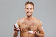 有刮的泡沫的性感的英俊的年轻人 免版税库存图片