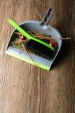 有刷子、干燥枝杈和残破的球的瓢 库存照片