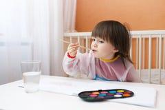 有刷子和水彩油漆的小男孩 库存图片
