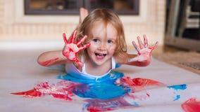 有刷子油漆的女孩 免版税库存图片