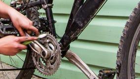 有刷子的人的手清洁自行车Chainring 影视素材