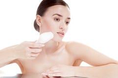 有刷子的妇女深深洗涤的脸面护理的。 免版税库存图片
