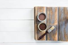有刷子的木箱和开放罐头油漆和污点 库存图片