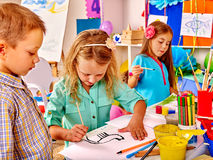 有刷子绘画的小组小女孩 库存照片