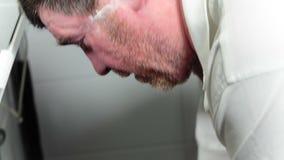 有刺毛的人洗涤并且洗涤刮泡沫 股票录像