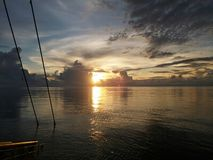 从有刺的动物区域的美好的日落视图在近海沙捞越,马来西亚的管道驳船上 免版税库存照片