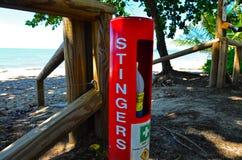 有刺的动物在海滩的急救站安心 免版税库存图片