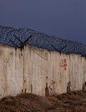 有刺的墙壁电汇 免版税库存照片