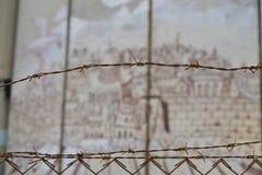 有刺的篱芭、耶路撒冷老,艺术和文字在墙壁上在伯利恒,在巴勒斯坦Westbank和以色列之间 库存图片