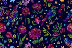 有刺绣的丝绸围巾由民间艺术启发了 库存照片