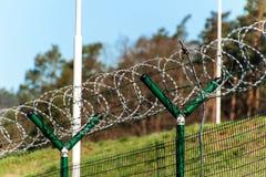 有剃刀铁丝网的篱芭 被守卫的区域 军事基地 剃刀导线 免版税库存照片