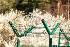 有剃刀铁丝网的篱芭 被守卫的区域 军事基地 剃刀导线 库存图片