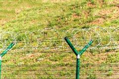 有剃刀铁丝网的篱芭 被守卫的区域 军事基地 剃刀导线 免版税库存图片