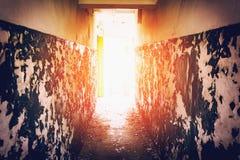 有削皮墙壁的走廊 免版税库存图片