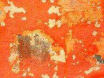 有削皮油漆的橙色墙壁 免版税库存图片