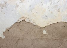 有削皮膏药和油漆的老墙壁,一半白人,半灰色, 免版税库存照片
