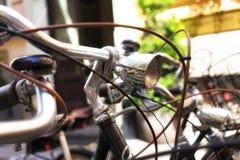 有前灯的自行车在停车处 图库摄影