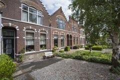 有前面庭院的历史的房子在荷兰 免版税库存照片