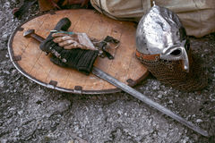 有剑和盔甲的老盾 库存照片
