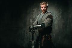 有剑和装甲的中世纪骑士 免版税库存照片