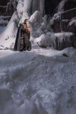 有剑的中世纪骑士在装甲当王位样式比赛  免版税图库摄影