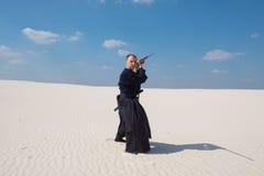 有剑的人在传统日本衣裳接受了职位 图库摄影
