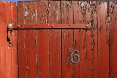 有剥的红色油漆篱芭门 免版税库存照片
