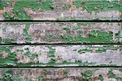 有剥的绿色油漆老小木板 免版税库存照片