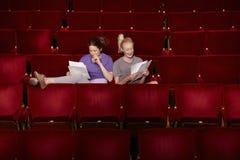 有剧本的妇女在剧院摊位  库存照片