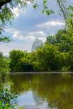 有剧烈的云彩的河在背景中 库存图片