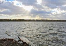 有剧烈的多云天空的池塘 捷克横向 库存图片