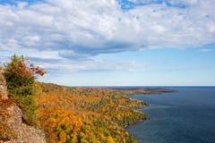 有剧烈的天空的五颜六色的苏必利尔湖海岸线 免版税库存照片