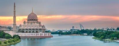 有剧烈的天空的布城,马来西亚Putra清真寺 库存照片