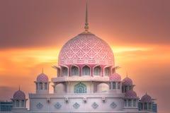 有剧烈的天空的布城,马来西亚Putra清真寺 图库摄影